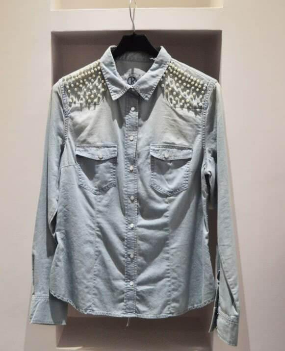 Camisa vaquera, perlas hombros