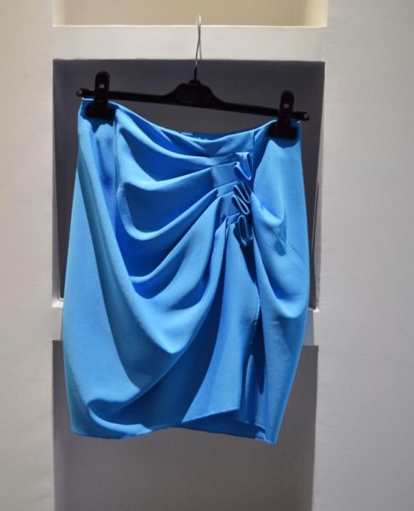 Falda recogido a un lado