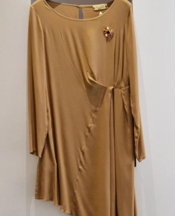 Vestido asimétrico, broche