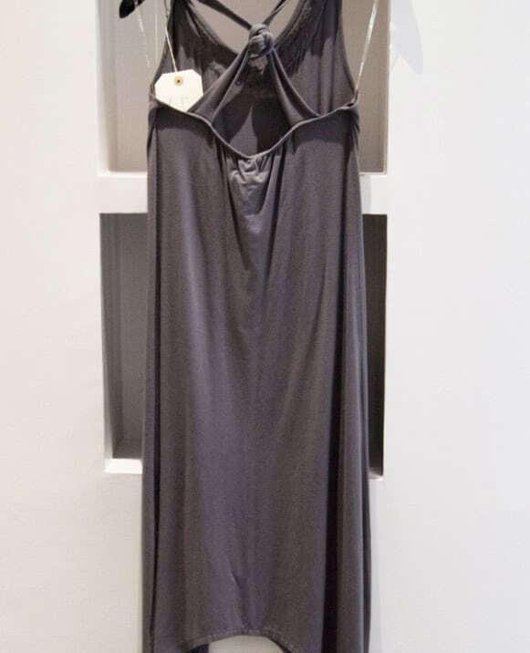 Vestido espalda cruzada, collar y lentejuelas